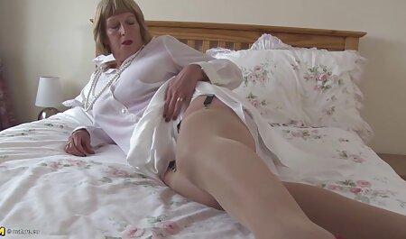 Uma prostituta esconde a vida de seu amante em um bordel, espalhando sua vagina na frente de assistir vídeo pornô muitos membros