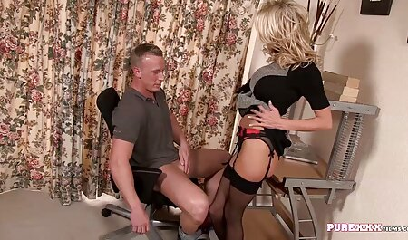 As meninas trabalham duro na bunda dela na academia e o treinador sem restrições, está em sua mão e despeje óleo sobre ela, então rasgou bruscamente sua calcinha no anal impertinente dela filme pornô de mulher preta