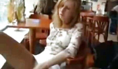 O garçom que Velho colocou os pés na mesa vídeo pornô no mato e uma nova garçonete chupar do fundo
