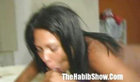 Com um olhar brincalhão, um jovem cossaco chupando membros masculinos europeus e assistir vídeo pornô cum geme em sua garganta