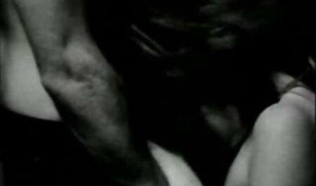 Eu estava sentado porno dois homem e uma mulher com minha buceta na câmera durante as filmagens e contaminei toda a lente com secreções pegajosas