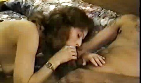 Ele encontra a esposa de seu irmão vídeo pornô de loira gostosa no banheiro com um vibrador em sua vagina e geme suavemente da fonte para o clitóris