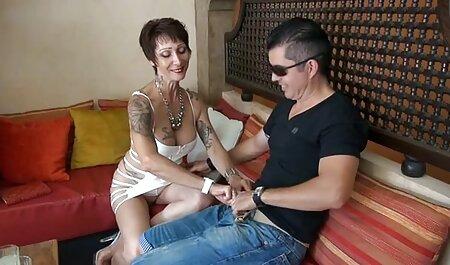 Ele levantou as pernas para video sexo desenho os ouvidos e lubrificou sua vagina com óleo, depois pegou o pau de borracha e vidro para bater nele por sua vez