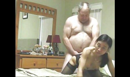 Acariciando os mamilos da morena filme pornô orgia através do vestido e criando um fluxo de pus para empurrar a cabeça entre as pernas