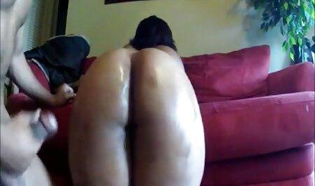Libertine em vestes brancas alinhando a vagina do jovem video sexo grupal paciente com um pau de borracha