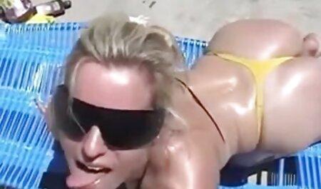 Por sua vez, as meninas na pele foram espancadas por um escravo vídeo pornô bizarro com uma cinta na bunda e masturbação, invertendo o pênis dentro e fora
