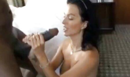 Fresco menina tateou bolas no branco calças de imersão em com a video de prono mão para o clitóris