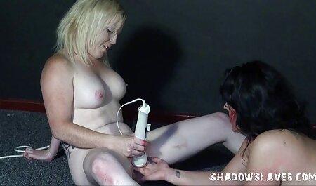 Os jovens celebram o Ano Novo na cama, esfregando suavemente a vagina, e os gritos de sua amada vedeo pormo terminam com um estrondo
