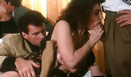 Eu coloco o vibrador em óculos na forma de uma vara na vagina assistir vídeo pornô grátis do jovem e o levo ao orgasmo úmido