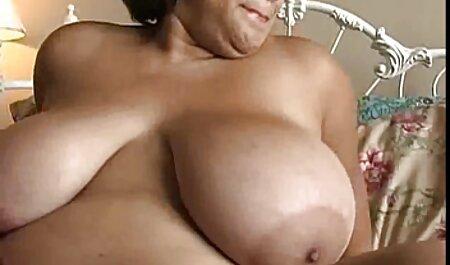 Nataliya linda loira com leite materno acariciando a filme pornô de mulher frente da rosa, enfiou os dedos no peito