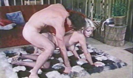 O proprietário do Escritório colocou um novo funcionário na parede sem assistir vídeo pornô ao vivo calças e avaliou os com uma visão