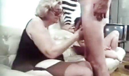 A esposa pega a mãe e o marido na parte de trás de porn doido um acidente cheio de paixão, eles não sabem como reagir e encolher os ombros